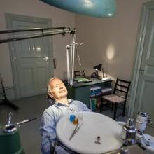 Förvärv av tandläkarpraktik. I stolen sitter sonen till tandläkaren.